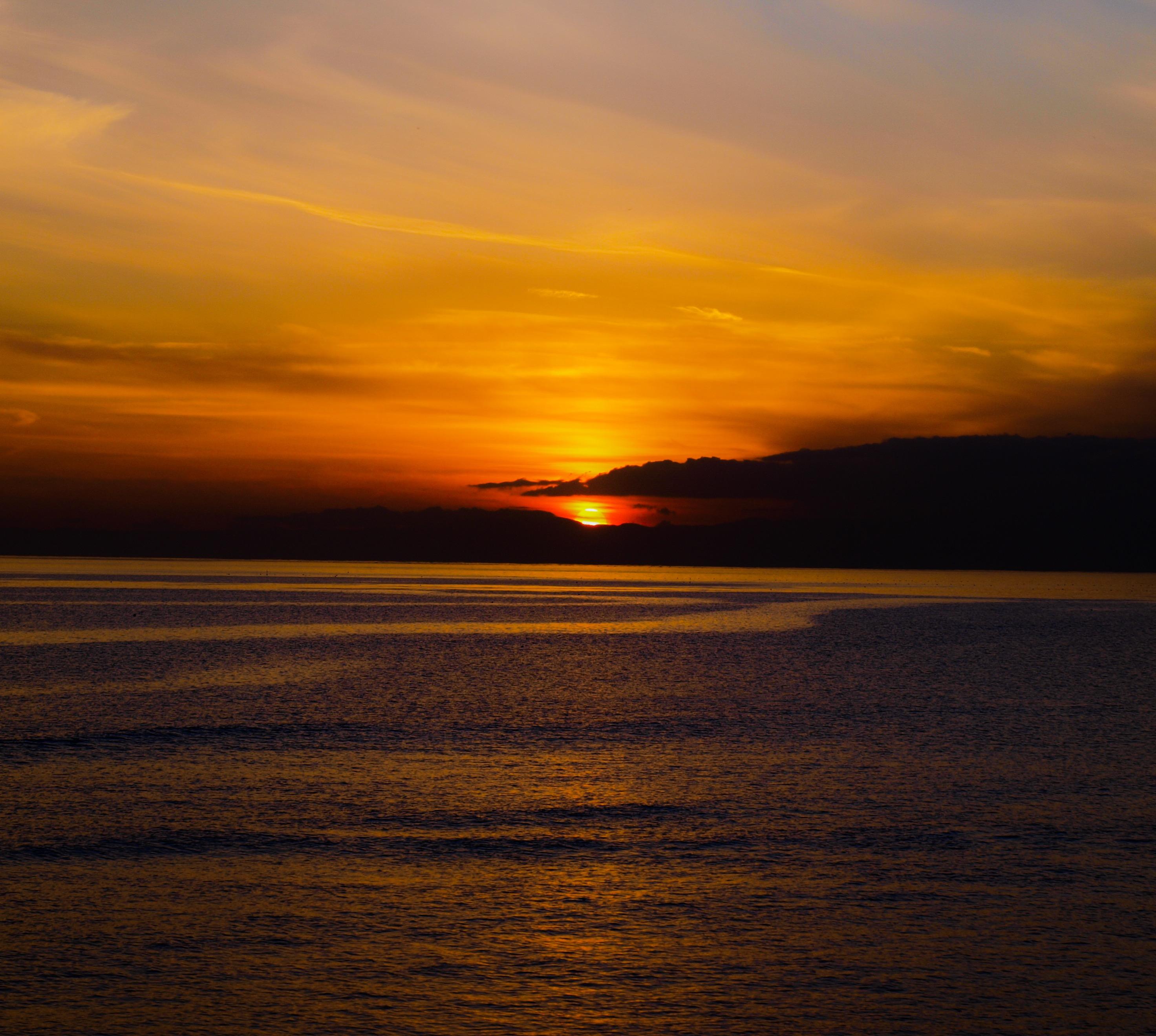 黄金色の夕陽が沈む海